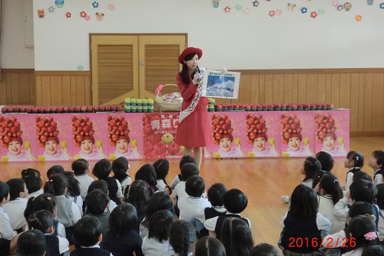 小学校、幼稚園等における青森りんご普及活動