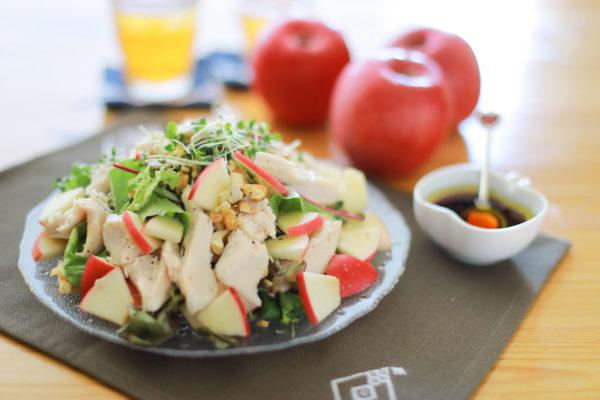 りんごとサラダチキンのスプラウトグリーンサラダ